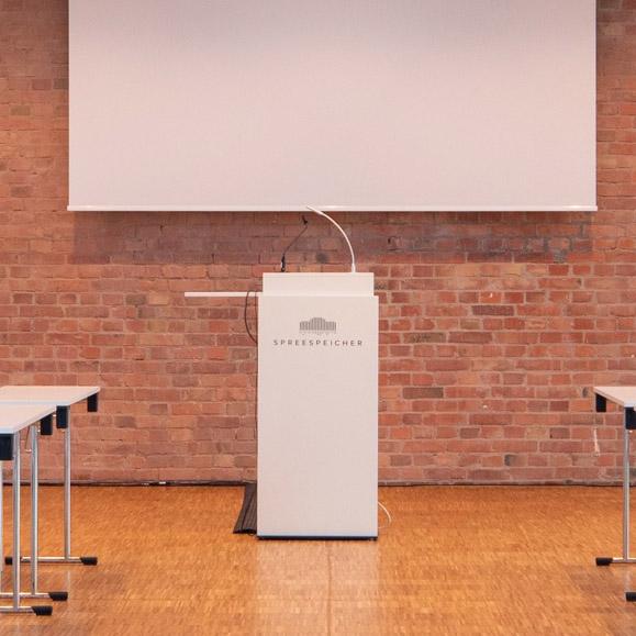Rednerpult und weiteres Mobiliar