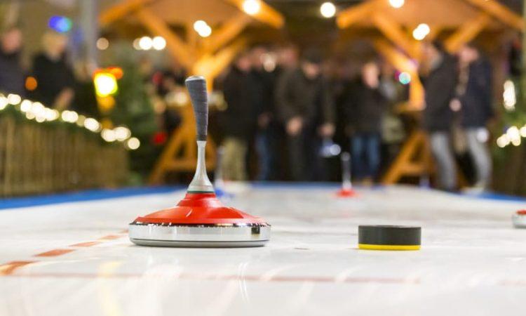 Eisstockbahn Eisstockschießen Weihnachtsmarkt an der Spree Spreespeicher